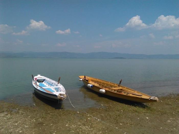 due barche ormeggiate sulla spiaggia